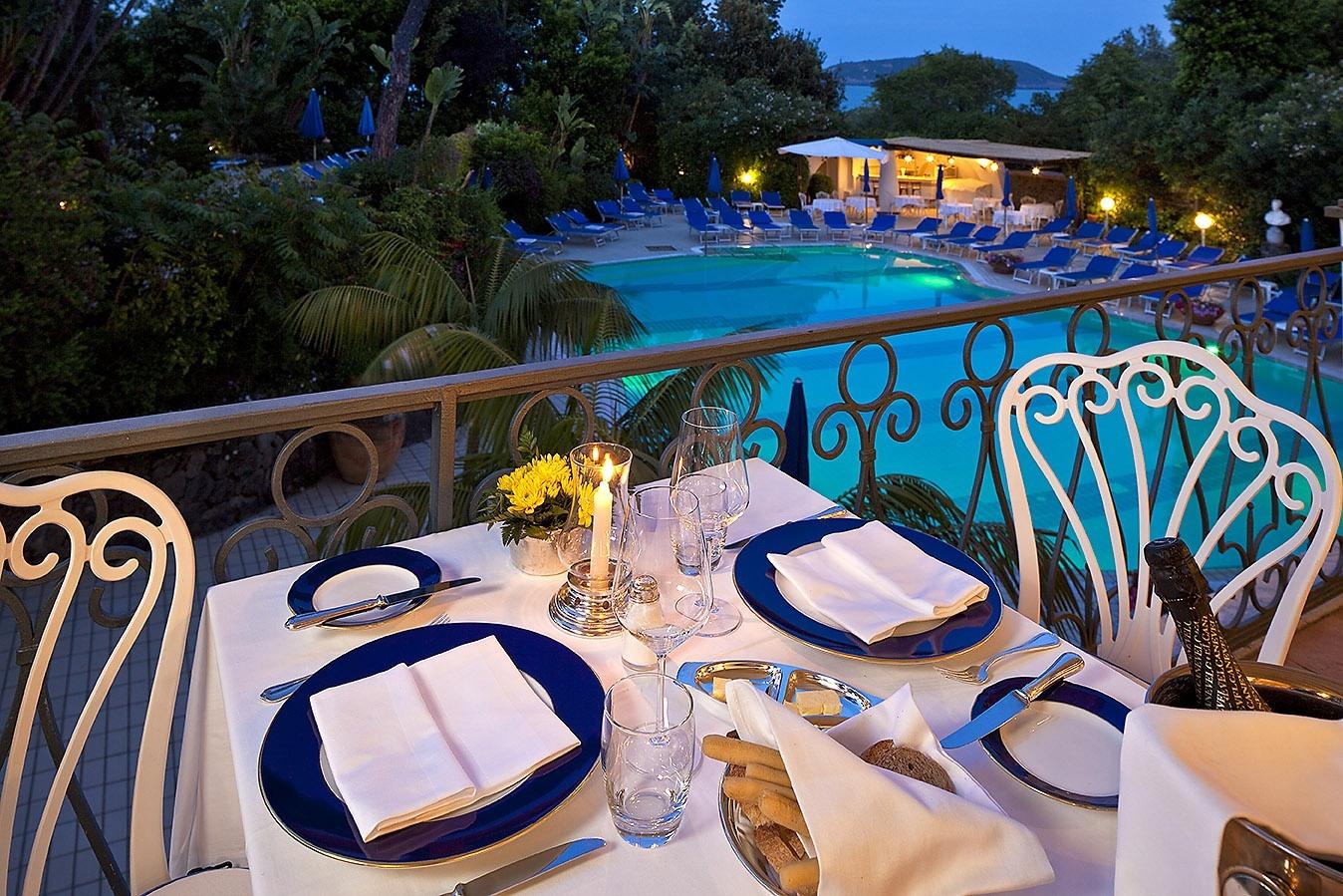Tavolo Ristorante Hotel con vista piscina